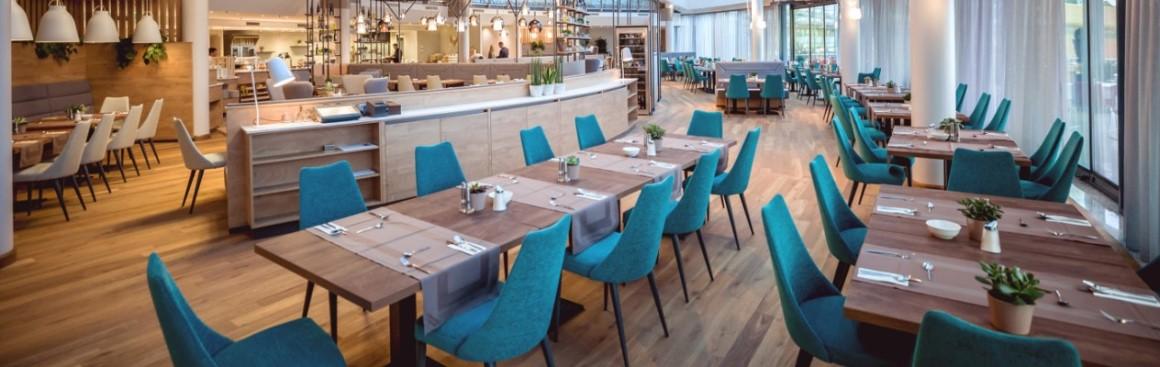 Židle a stoly pro restaurace